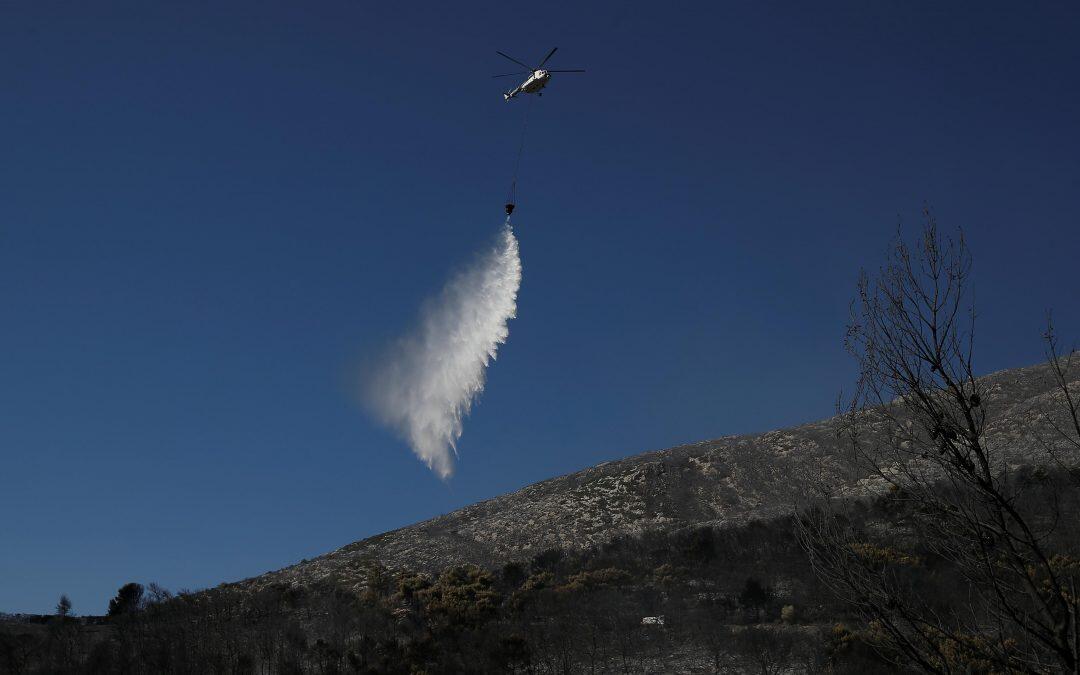 حريق غابات يستعر في جزيرة إيفيا اليونانية والدخان يصل أثينا