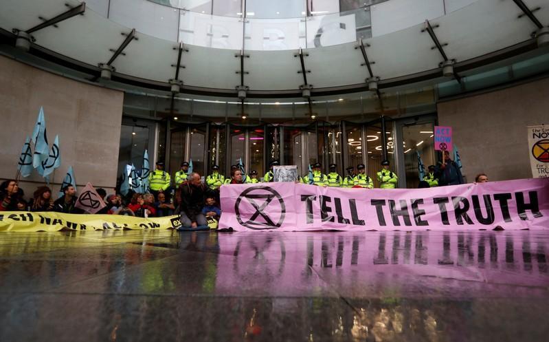 محتجون على تغير المناخ يغلقون مدخل هيئة الإذاعة البريطانية في لندن