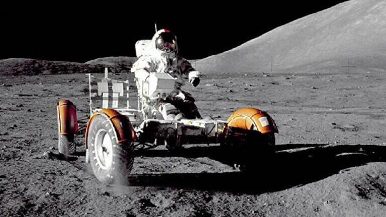 فتح كبسولة خزنت فيها تربة القمر منذ عام 1972