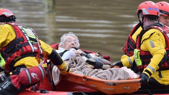 العاصفة دينيس تصيب الحياة بالشلل في بعض مناطق بريطانيا