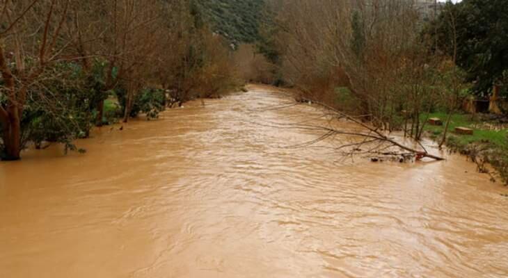 مصلحة الليطاني باشرت رفع الاتربة والشوائب عبر مجرى النهر