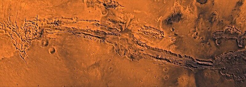 أطول وادي في الكون موجود في كوكب المريخ، ويُطلق عليه وادي مارينرز (بالإنجليزية: Valles Marineris).