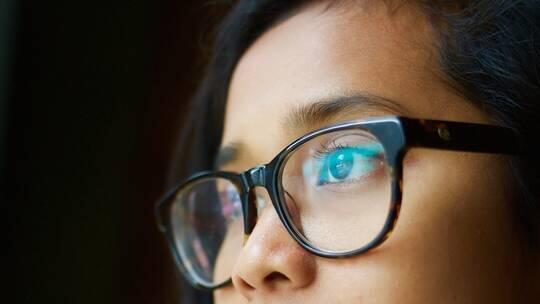 """هل يقلل ارتداء النظارات من خطر الإصابة بـ""""كوفيد-19″؟"""