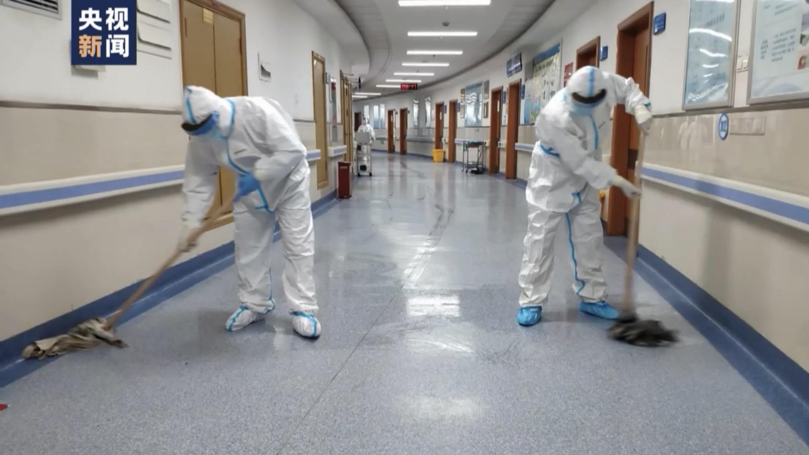 عامل النظافة  في المستشفى ..  إهمال قاس على حياته من يحميه  من  خطر كورونا ؟