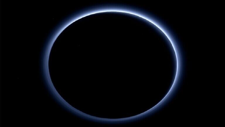 علماء الفلك: السماء فوق كوكب بلوتو بلون أزرق