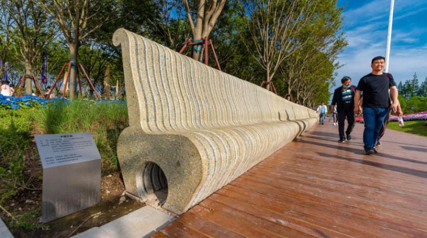 أطول مقعد صديق للبيئة… مصنوع من نفايات 5 ملايين علبة حليب